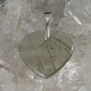 Colgante corazón cuarzo con turmalina verde. La Tienda de los Minerales